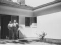 Monika und Helmuth Plessner, 1954 vor dem Haus